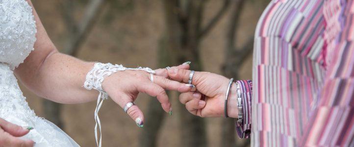 Mariage entre filles plein d'émotion à la salle de L'Atrium de Cuers